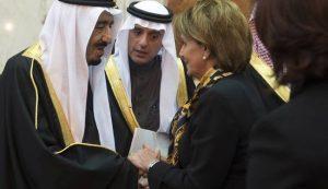Raja Salman Arab Saudi bersalaman dengan Nancy Pelosi, anggota DPR Amerika