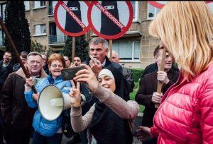 Gadis Berjilbab Ini Merespon Aksi Islamophobia dengan Berselfie-ria