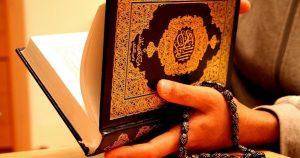 Hukum Membawa Mushaf al-Quran Ketika Shalat