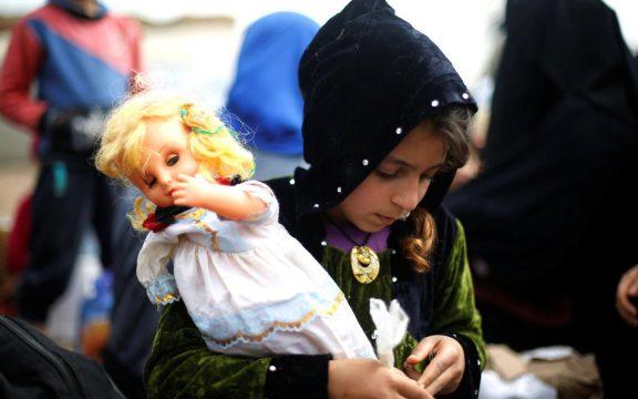 Anak-Anak Mosul Akhirnya Bisa Membeli Boneka Lagi
