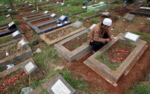 Hukum Mencabut Rumput di Kuburan