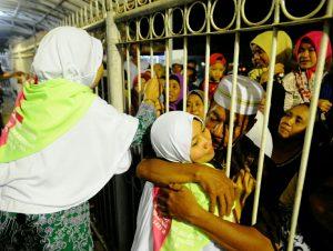 Hukum Mengunjungi Orang yang Pulang Haji dan Umroh