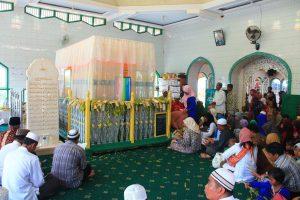 Bolehkah Shalat di Masjid yang Ada Kuburannya?