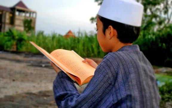 Menjadi Santri Hibrida, Belajar Kitab Kuning dan Buku-Buku Barat, Tak Masalah!