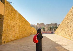 Pertama Kali Dalam Sejarah Pemandu Wisata Perempuan Arab Saudi Mendapat Penghargaan