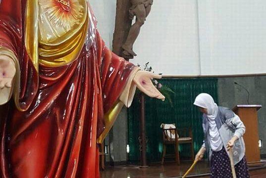 Muslimah Berjilbab Ini Bersihkan Gereja Santa Lidwina Usai Diserang