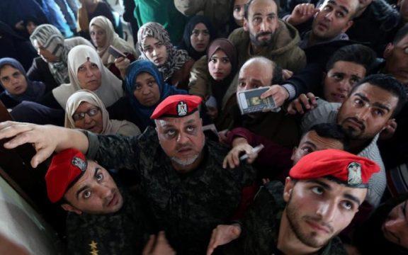 Ribuan Orang Palestina Memadati Perbatasan Gaza dengan Mesir