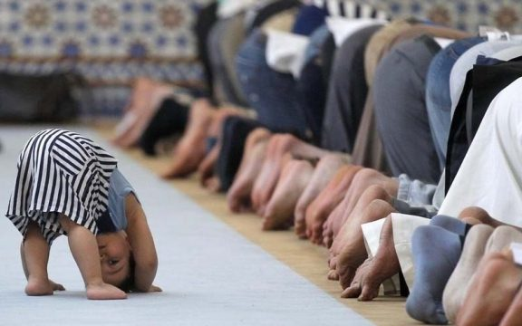 Anak Kecil Sering Berisik Di Masjid? Jangan Usir Mereka