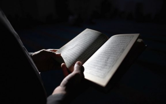 Bolehkah Pura-pura Menangis Saat Membaca Al-Quran