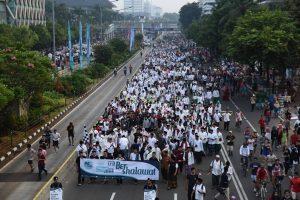 Kenakan Sarung dan Kopiah, Para Santri Ikuti CFD Bershalawat Bareng Sabyan