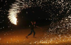 Cara Warga Palestina Protes Israel Di Malam Hari