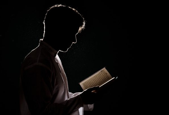 Membawa Mushaf Saat Shalat dan Waktu Terbaik Membaca Al-Quran