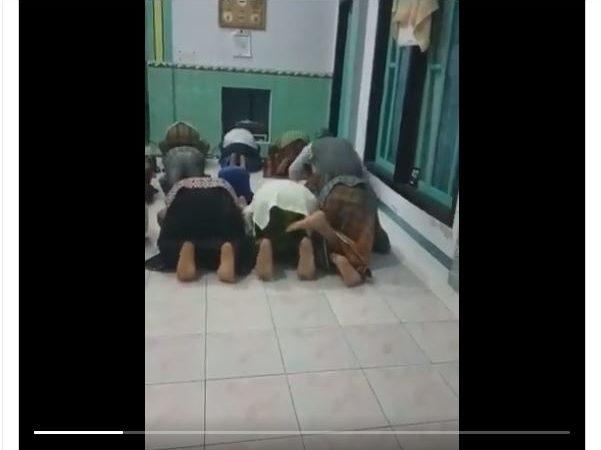 Viral Video Orang-orang Mempermainkan Sholat, Kita Harus Bagaimana?
