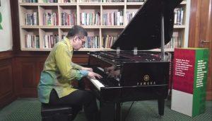 Ketika Ananda Sukarlan Bermain Piano di Ruang Kerja Gus Dur
